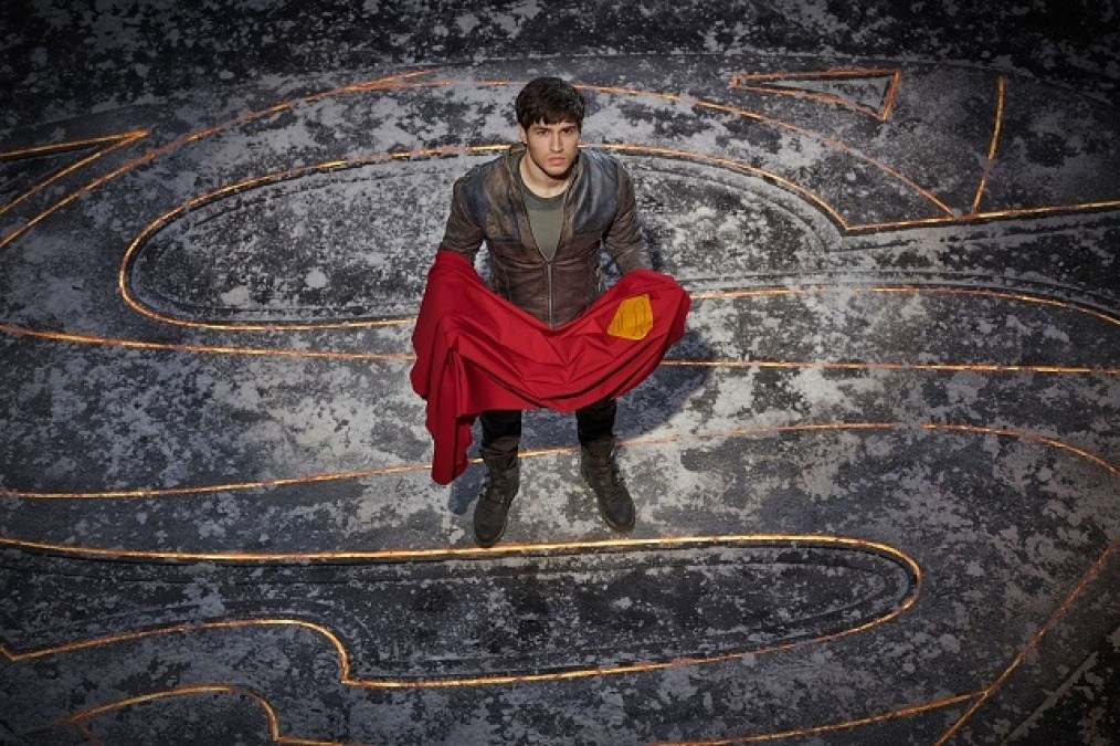 krypton-tv-seg-el-cameron-cuffe-superman-cape.jpeg